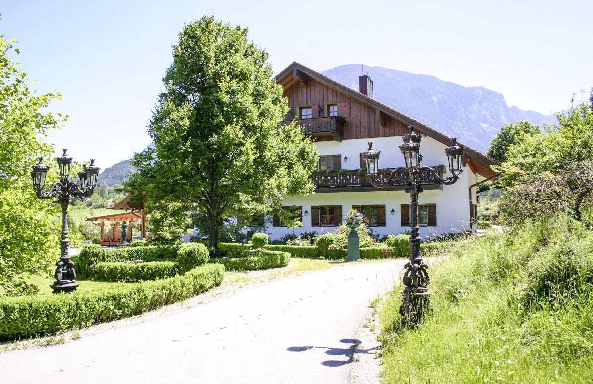 Property in 83457 Bayrisch Gmain: BERCHTESGADENER COUNTRY RESIDENCE: Exclusive country estate with large park near the festival city of Salzburg - picture 2