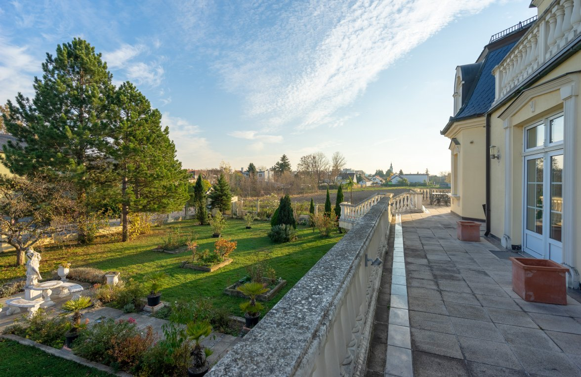 Property in 2460 Bruck an der Leitha: A special living experience offers this villa on the outskirts of Vienna - picture 1