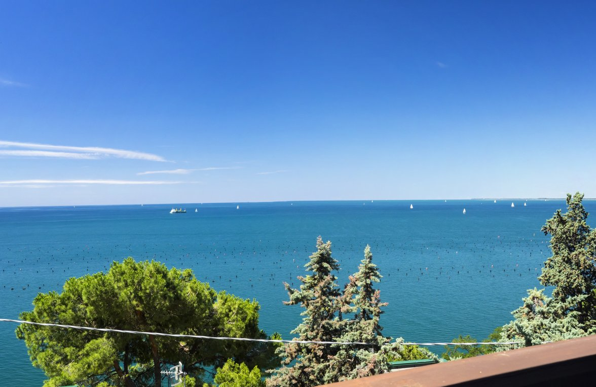 Property in 34011 Duino-Aurisina: Welcome to the Gulf of Trieste: Spacious villa in a prime row to the sea - picture 2