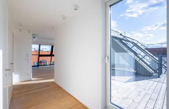 Property in 1180 Wien, 18. Bezirk: Nobody above you: Wonderful dreams can be found under the slopes of this apartment