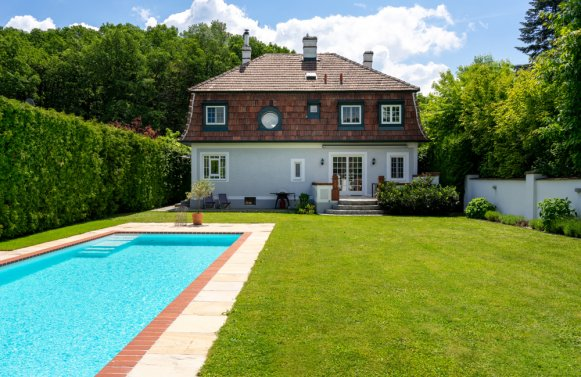 Property in 3040 Neulengbach: Stylish Wienerwald villa with a beautiful private garden and pool.