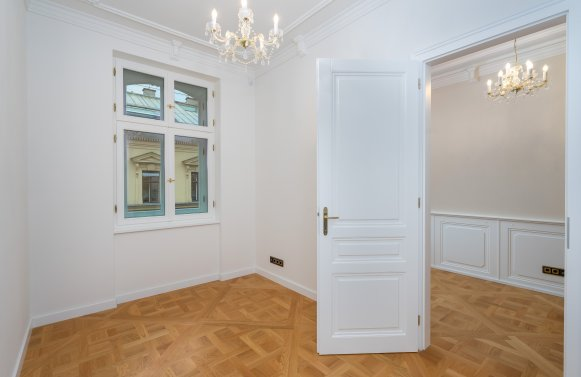 Property in 1010 Wien, 1. Bezirk: Imperial old apartment looks for long-term relationship!