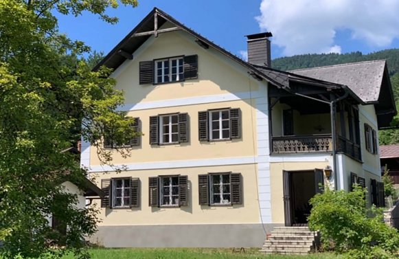 Property in 4866 Unterach am Attersee: Summer resort on the Attersee! Turn of the century villa in the typical style