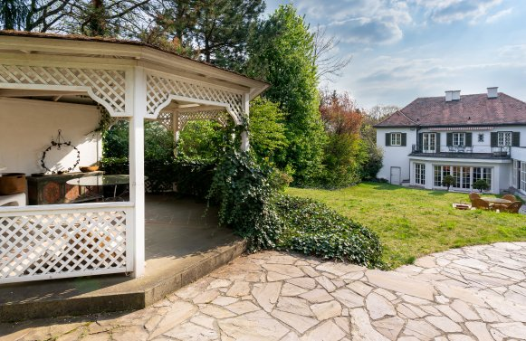 Property in 1130 Wien, 13. Bezirk: Villa with swimming pool in Hietzing