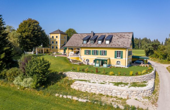 Property in 5322 Hof bei Salzburg: Romance de luxe!  country house in a panoramic location not far of Salzburg